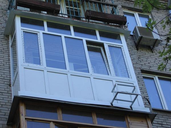 Остекление балконов и лоджий металлопластиком.