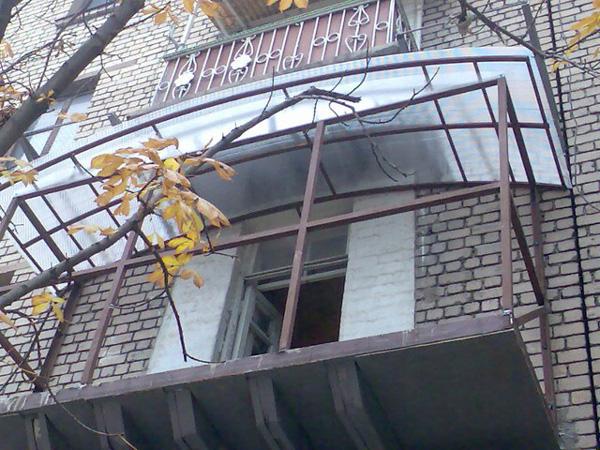 Установка крыши над балконами, цена на монтаж крыши на балко.